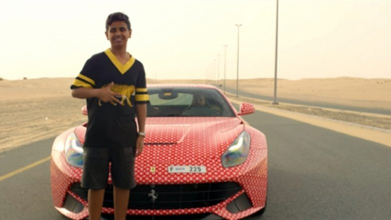 Është vetëm 15 vjeç dhe vozitet me Ferrari, por ky nuk është i vetmi luks i djalit të manjatit nga Dubai (Video)