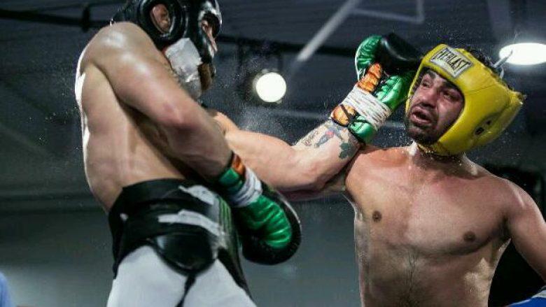 """McGregor """"i çon selam"""" Mayweatherit me disa video ku shihet teksa e nokauton ish-kampionin e botës në boks (Video)"""
