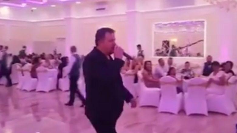 Nikollë Nikprelaj befason fansen me nevoja të veçanta, përlot dasmorët (Video)