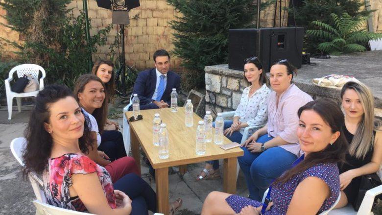 Ambasadori britanik takohet me vullnetaret e Dokufestit: Fuqia e qytetarëve mund ta transformojë shoqërinë (Foto)