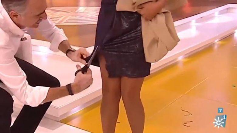 Moderatori i prenë fustanin me gërshërë koleges gjatë transmetimit live (Video)
