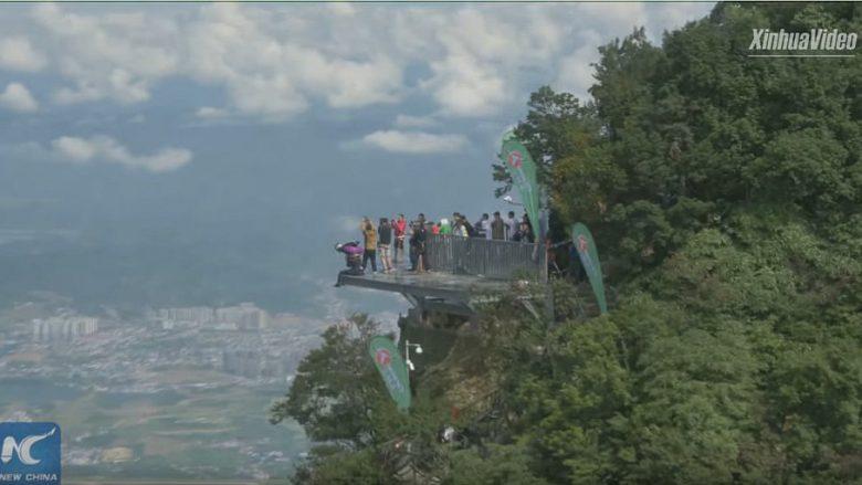 Kërcejnë nga 1.458 metra lartësi dhe detyrohen të godasin cakun me kokë (Foto/Video)