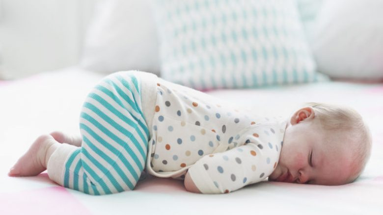 Nënat po ua rrezikojnë bebeve jetën duke i vendosur në gjumë në pozitë të dëmshme