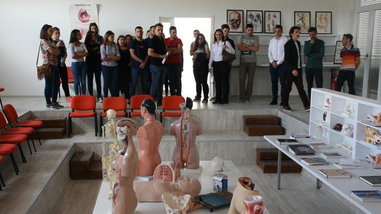 Stomatologët dhe farmacistët e rinj të UBT-së, përballen me sfidat e para të profesionit (Video)