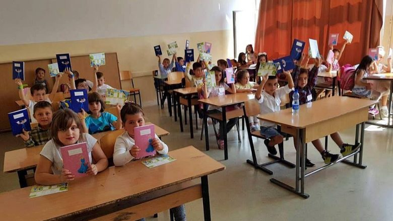 Vita uron vitin e ri shkollor duke gëzuar mbi 20 mijë fëmijë me fletore dhe orar shkollor