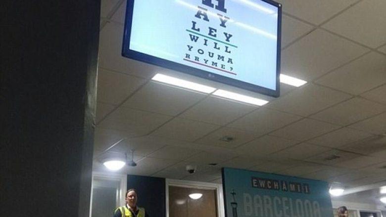 Dukej si test për kontrollin e shikimit, mjekja e syve befasohet me propozimin për martesë (Video)