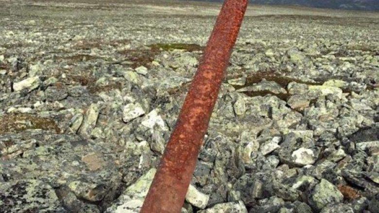 Gjuetari gjeti papritmas në mal, shpatën njëmijë vjeçare në gjendje shumë të mirë (Video)