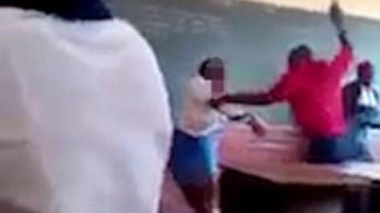 Mësimdhënësi rrah brutalisht nxënësen, nxënësit tjerë qeshin (Video)