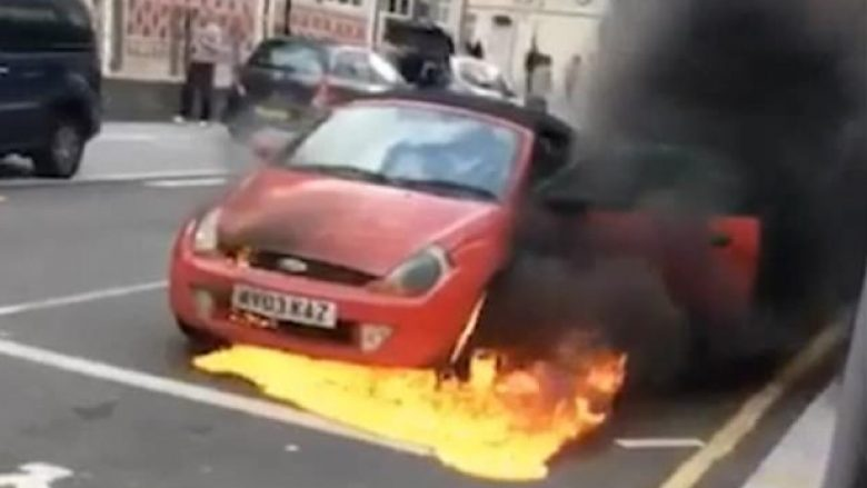 Makina përfshihet papritmas nga flakët, të pranishmit shpëtojnë pa lëndime (Video)
