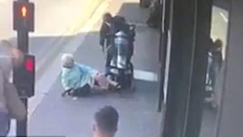 Motoçiklisti goditi të moshuarën që po ecte nëpër trotuar (Video)
