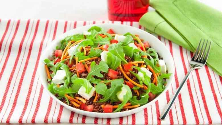 Oriz integral me lakërishtë dhe domate qershi