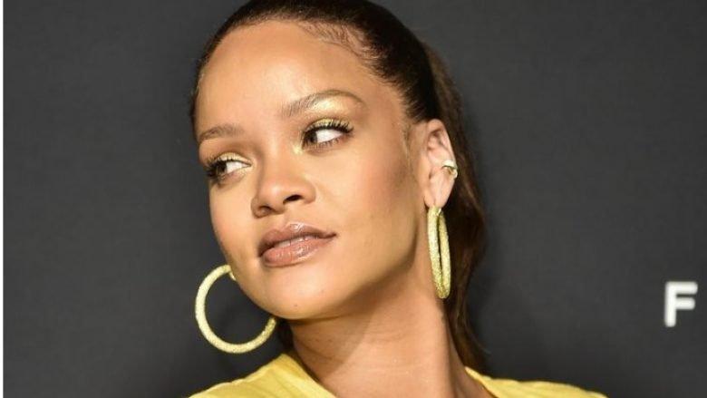 Me fustan të verdhë dhe duke shndritur si yll i vërtetë, Rihanna ka shkëlqyer me veshjen e saj (Foto)