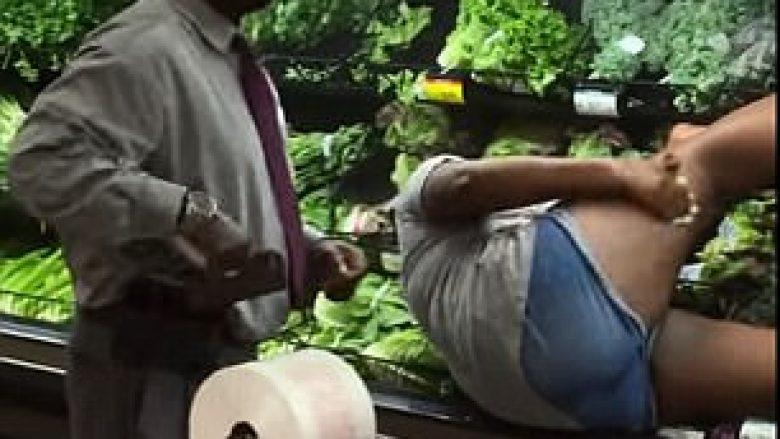 Shtrihet në frigoriferin e super-marketit, fërkohet me barishte sikur bën banjë (Video)