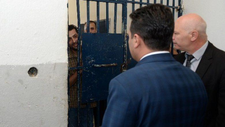 Zaev sy më sy me të burgosurit që vuajnë denimin në burgun me kushte jonjerëzore (Foto)