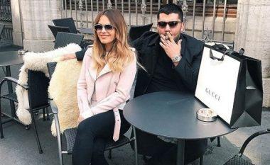 Ermal Fejzullahu në një pozë të ëmbël me bashkëshorten nga pushimet jashtë vendit (Foto)