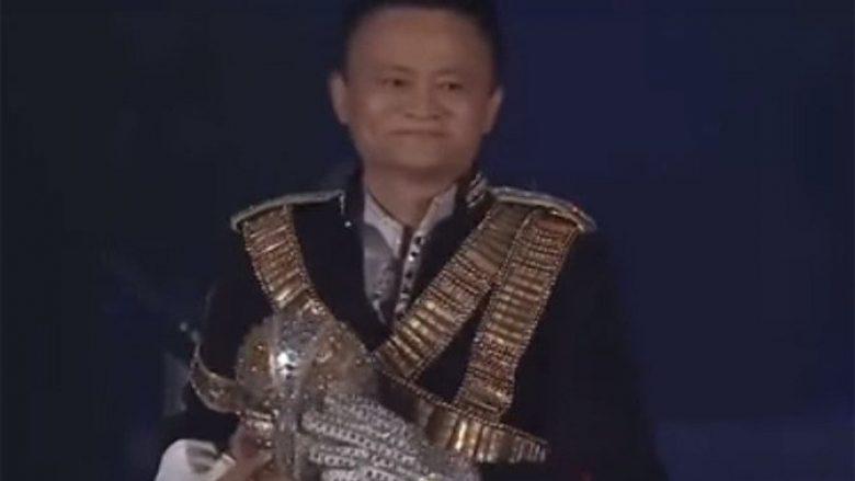 """Përvjetori i """"Alibaba"""", bosi i kompanisë mahnit me performancën e tij (Video)"""