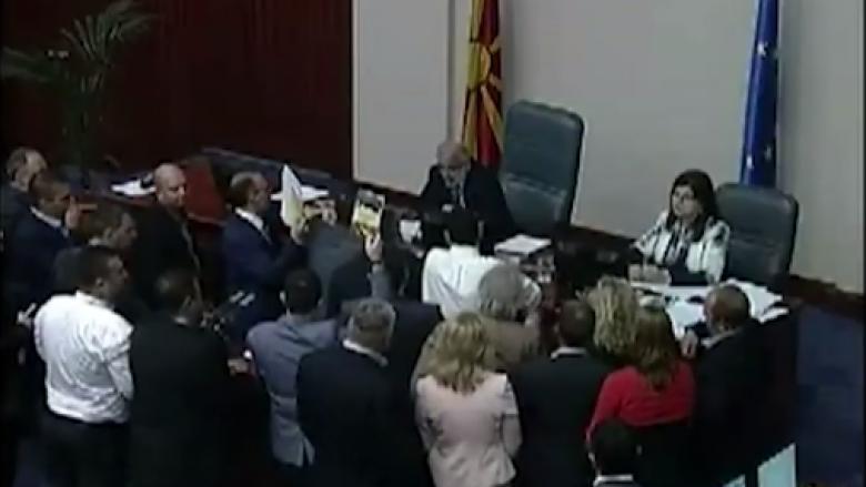 Përplasje verbale mes deputetëve të OBRM-PDUKM-së dhe Talat Xhaferit (Video)