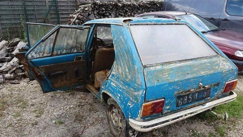 """Nga kënetat e thata u shfaq një """"Peugeot 104"""", ishte vjedhur 38 vjet më parë (Foto)"""