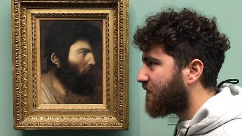 """Dhjetë rastet kur njerëzit gjeten """"sozitë"""" e tyre në piktura – dhe bënë një selfie, gjithsesi (Foto)"""