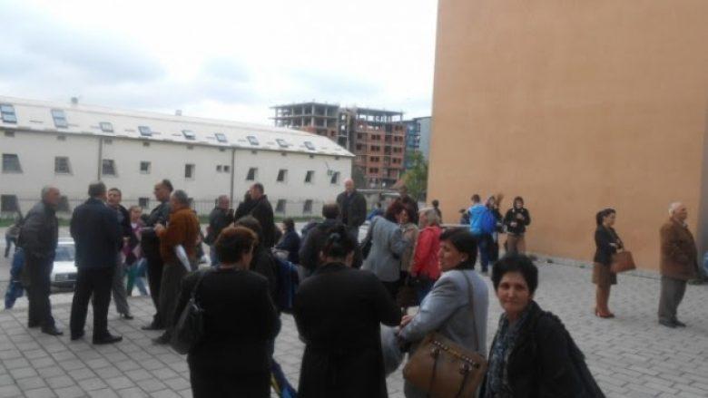 Punëtorët teknikë të disa shkollave në Prishtinë sot futen në grevë