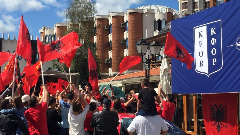 Novi Pazari shndërrohet në shesh xhirimi, mbushet me flamujt kuqezi dhe të UÇK-së (Foto)