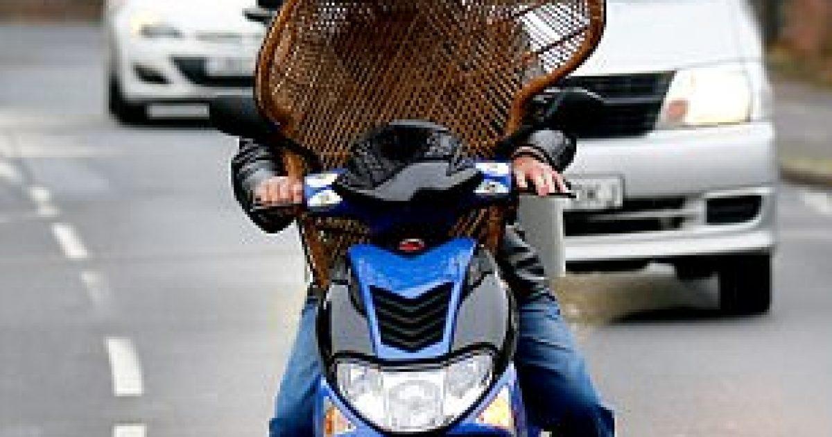 ngasja-e-rrezikshme-me-karrigen-mbi-timonin-e-motocikletes