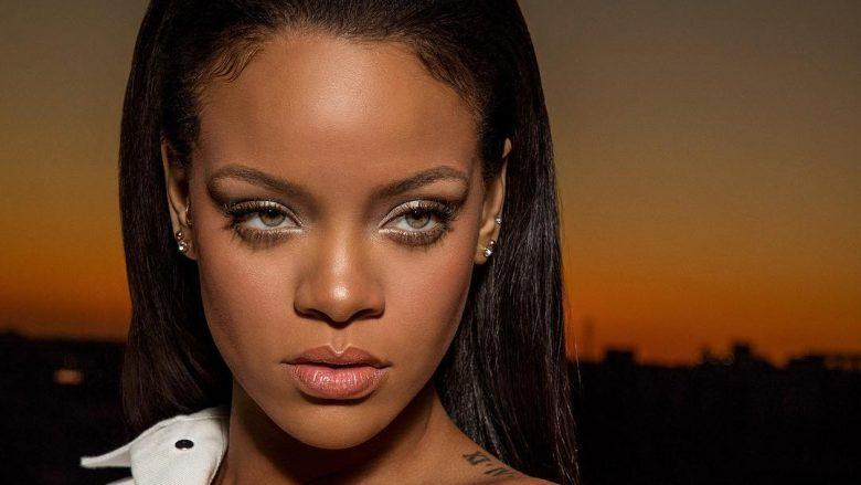 """Rihanna duket e përkryer, teksa promovon fushatën e re """"topless"""""""