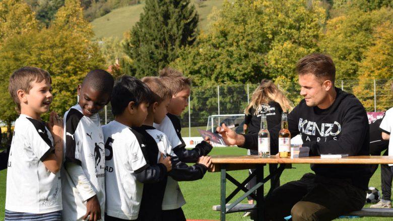 Abrashi i madh, gëzon fëmijët me vizitën e tij (Foto)