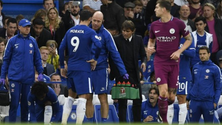 epa06236527 Chelsea's Alvaro Morata talks to the Chelsea bench during the English Premier League soccer match between Chelsea and Manchester City at Stamford Bridge, London, Britain, 30 September 2017.  EPA/WILL OLIVER EDITORIAL USE ONLY. No use with unauthorized audio, video, data, fixture lists, club/league logos or 'live' services. Online in-match use limited to 75 images, no video emulation. No use in betting, games or single club/league/player publications
