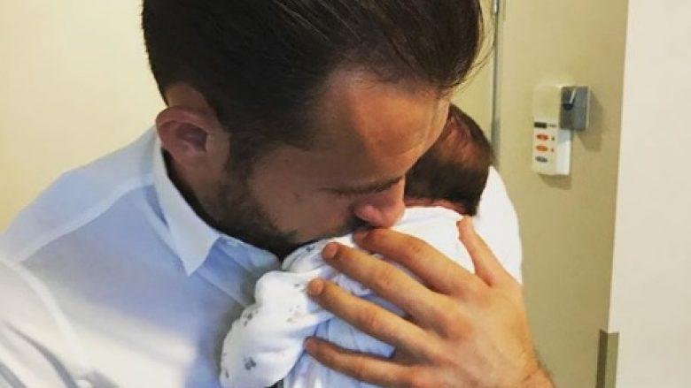 Sokol Cikalleshi bëhet për herë të parë baba (Foto)