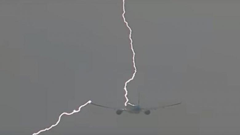 Pamje rrëqethëse, aeroplani me pasagjerë goditet nga rrufeja (Video)