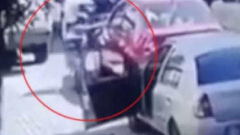 Ekzekuton burrin në qendër të qytetit, në prezencë të qindra kalimtarëve (Video, +18)