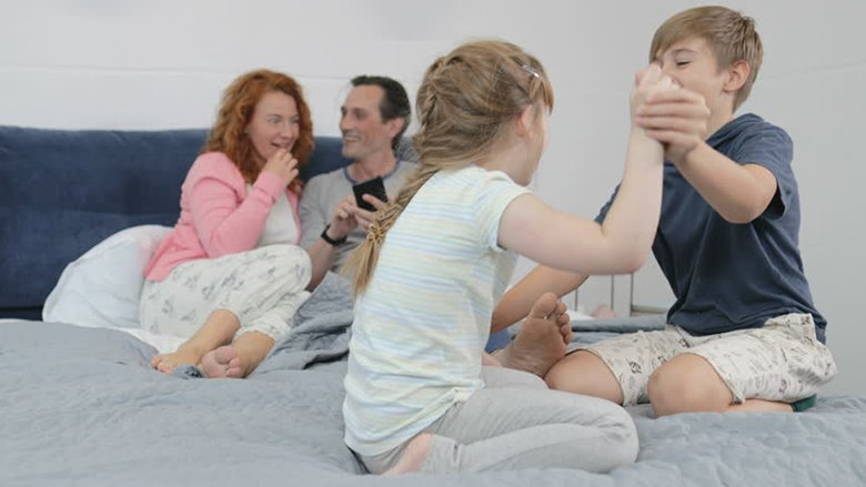 Nga i njëjti baba dhe e njëjta nënë, ndërsa fëmijët plotësisht të ndryshëm