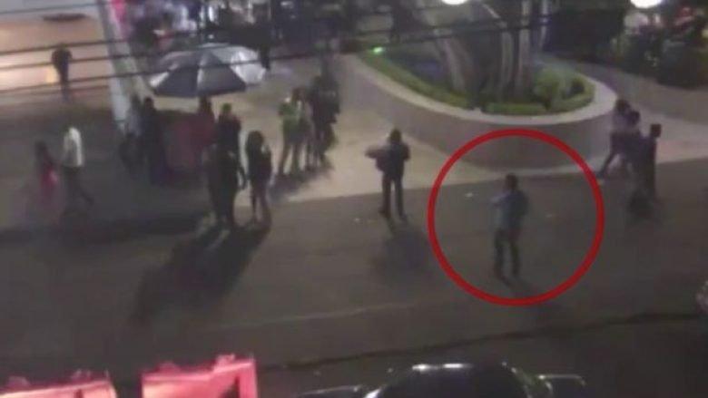 Vrasësi me pagesë qëllon me tre plumba në kokë profesorin në qendër të qytetit, largohet sikur të mos kishte ndodhur asgjë e keqe (Video, +18)