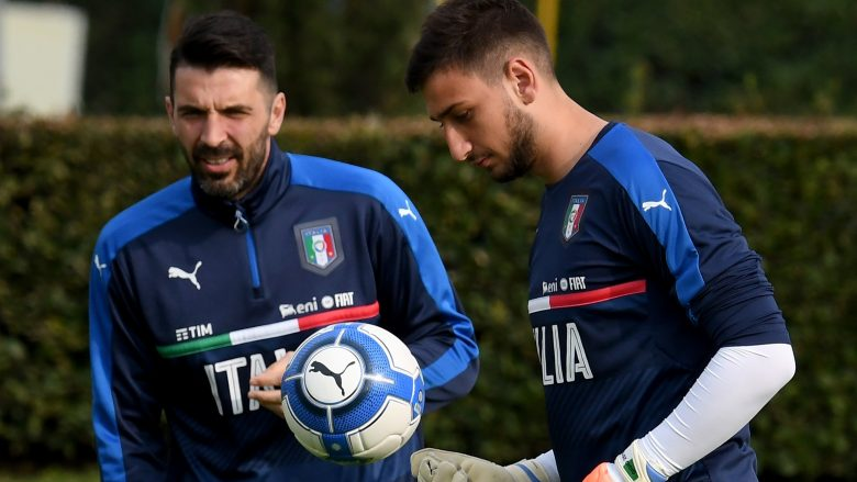 FLORENCE, ITALY - MARCH 22:  Gianluigi Donnarumma (R) and Gianluigi Buffon of Italy in action during the training session at the club's training ground at Coverciano on March 22, 2017 in Florence, Italy.  (Photo by Claudio Villa/Getty Images)