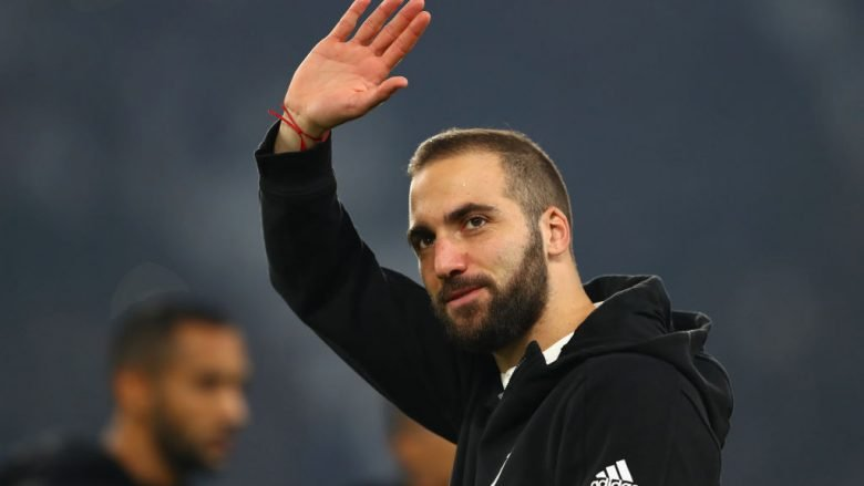 TURIN, ITALY - NOVEMBER 22:  Gonzalo Higuain of Juventus waves to the crowd prior to the UEFA Champions League group D match between Juventus and FC Barcelona at Allianz Stadium on November 22, 2017 in Turin, Italy.  (Photo by Michael Steele/Getty Images)