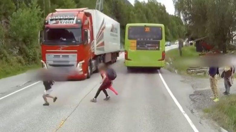 Kamioni frenon me shpejtësi, shpëton fëmija në rrugë (Video)