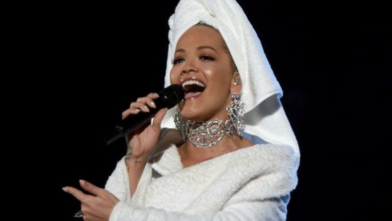 Rita Ora shkëlqen në të bardhë në performancën në Mançester (Foto)