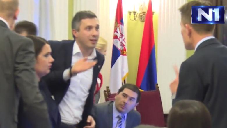 Incident në Kuvendin e Serbisë, deputeti godet kolegun me miun e kompjuterit (Video)