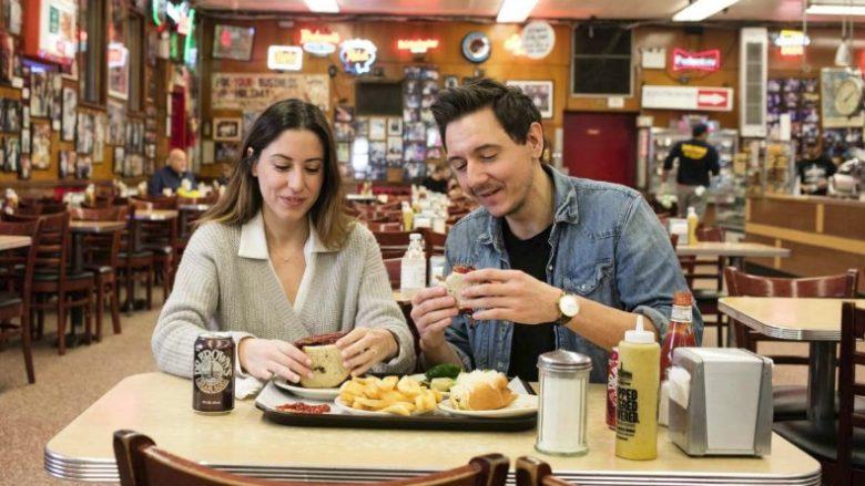 """""""Ti vendos"""", """"Jo ti vendos!"""": Çiftet shpenzojnë 132 orë në vit duke vendosur ku të hanë"""