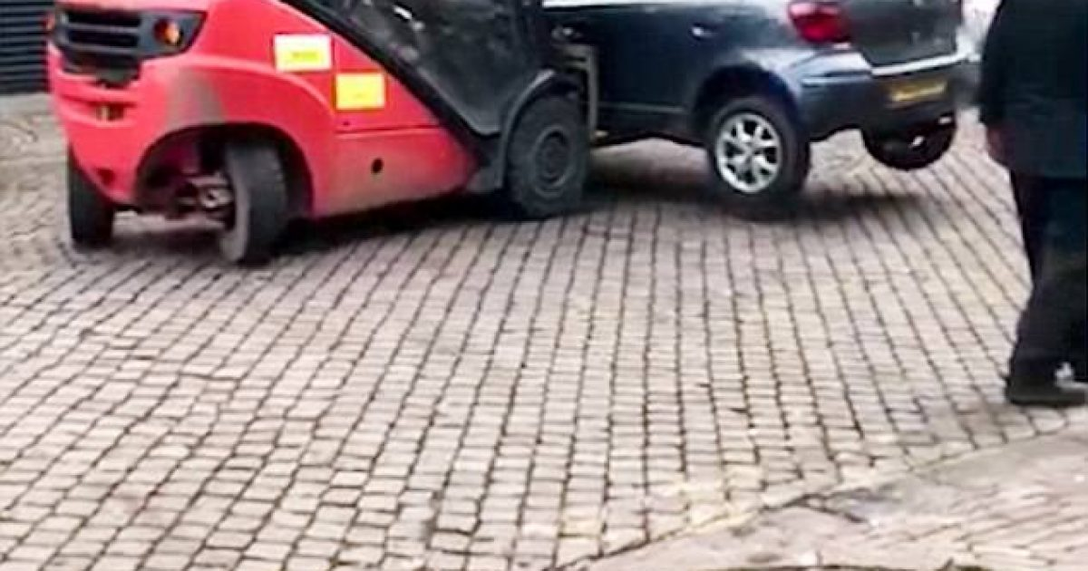 vetura-e-parkuar-para-hyrjes-se-lokalit-largohet-permes-makines-me-pirun