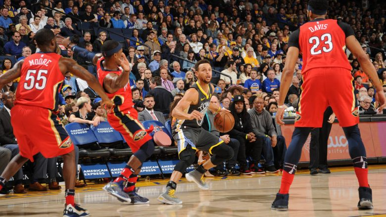 OAKLAND, CA - NOVEMBER 25: Stephen Curry #30 of the Golden State Warriors handles the ball against the New Orleans Pelicans on November 25, 2017 at ORACLE Arena in Oakland, California. NOTE TO USER: User expressly acknowledges and agrees that, by downloading and or using this photograph, user is consenting to the terms and conditions of Getty Images License Agreement. Mandatory Copyright Notice: Copyright 2017 NBAE (Photo by Noah Graham/NBAE via Getty Images)