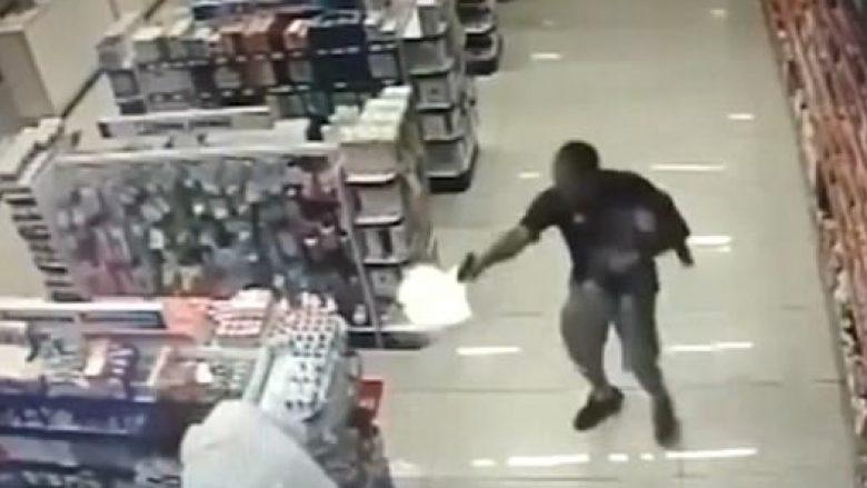 Pamje dramatike: Me njërën dorë mbante fëmijën, me tjetrën qëllonte me armë në drejtim të hajnave (Video,+16)