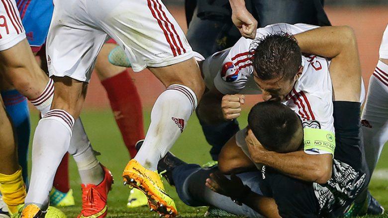 Njihuni me 13 rrahjet më shokuese mes lojtarëve dhe tifozëve në fushën e lojës (Video)