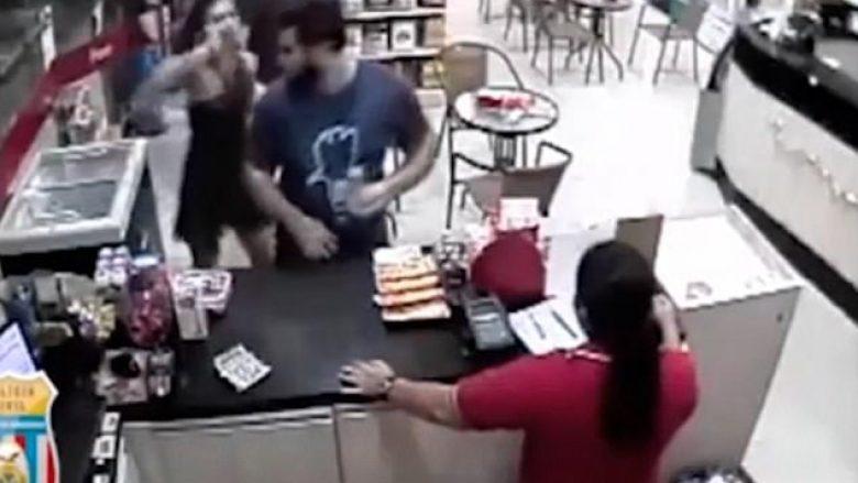 Ia ngacmon të dashurën duke ia prekur të pasmet, e pëson shumë keq nga i dashuri i saj dhe shokët e tij (Video, +18)