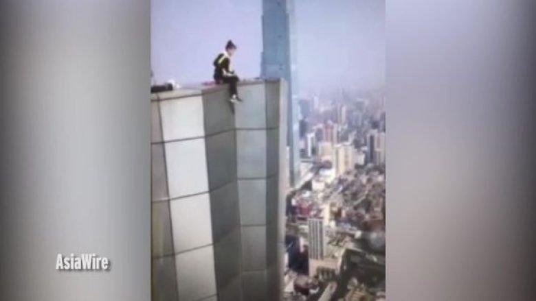Filmon vdekjen e vet, bie nga kulmi i ndërtesës 62-katëshe (Video, +18)