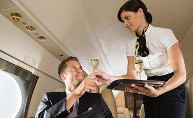 Kodin që e përdorin stjuardesat për të biseduar për pasagjerin seksi