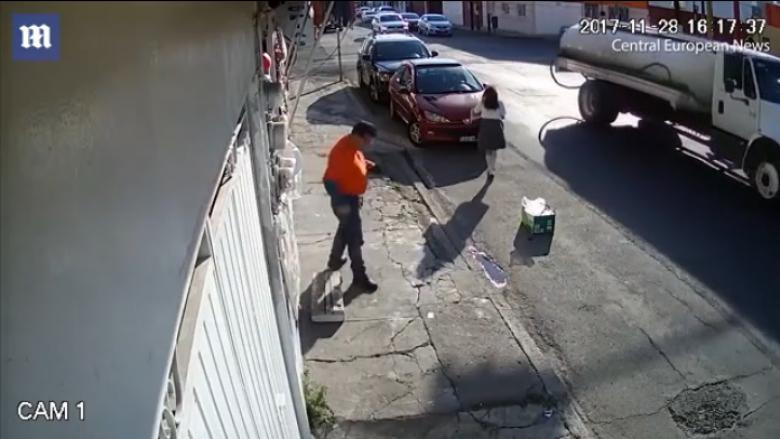 Vajza 12-vjeçare tërhiqet zvarrë nga kamioni (Video, +18)