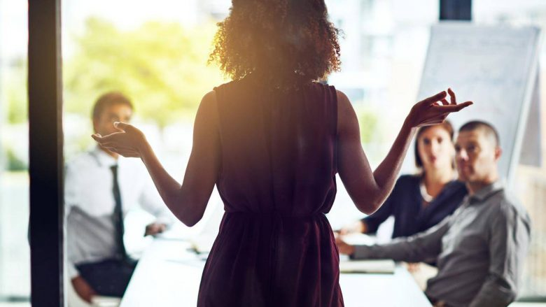 Femrat shpenzojnë mesatarisht katër muaj të jetës duke vendosur çfarë të veshin