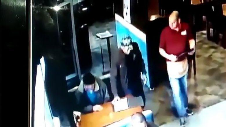 Vrasësi me pagesë qëllon me revole në kokë shefin e njësisë speciale, në prezencë të gruas së tij (Video, +18)